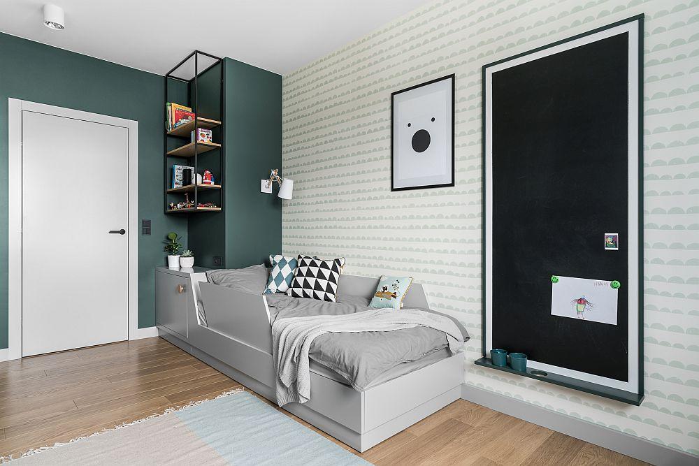 Camera copilului a fost gândită pentru o perioadă mai lungă de timp. Chiar dacă acum el este încă mic (3 ani), un accesoriu de pat îi asigură protecția pe timpul nopții pentru a nu se răsturna, dar patul va putea fi folosit inclusiv în adolescență.