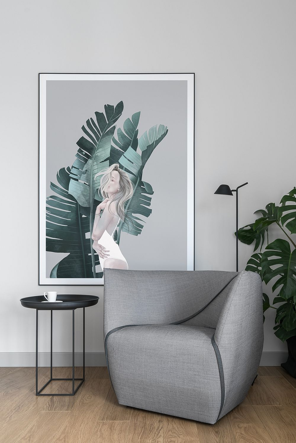 Fotoliul de la Comforte Ume este ca un colț de relaxare în ansamblul livingului, așezat ferit față de fereastra generoasă. Peste tot în locuință au fost folosite postere create de artista Agata Wierzbicka.