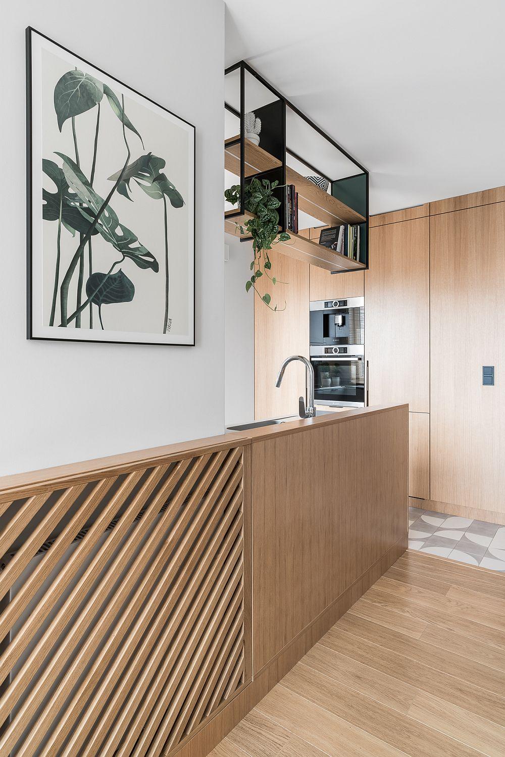 Structura din fața mobilierului de bucătărie este continuată la aceeași înălțime cu masca pentru calorifer.