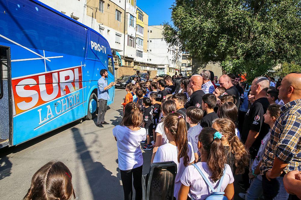 Imagini de la secvența Mută autocarul când echipa Kempo Slobozia și echipa de fotbal a băieților au fost prezente.