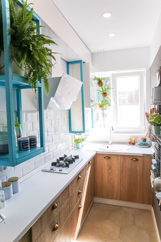 În bucătăria lată de doar 120 cm am prevăzut a blatul de pe lîngă perete să aibă lățimea de 40 cm, pentru a exista suficient spațiu în fața lui pentru a accesa sertarele. Ca atare, pe acest blat am prevăzut o plită cu două ochiuri montată pentru a se încadra pe blat. În fața ferestrei mobila are adâncimea de 60 cm pentru a putea monta acolo o chiuvetă. Pe peretele bucătăriei, către fereastră este și locul centralei termice.