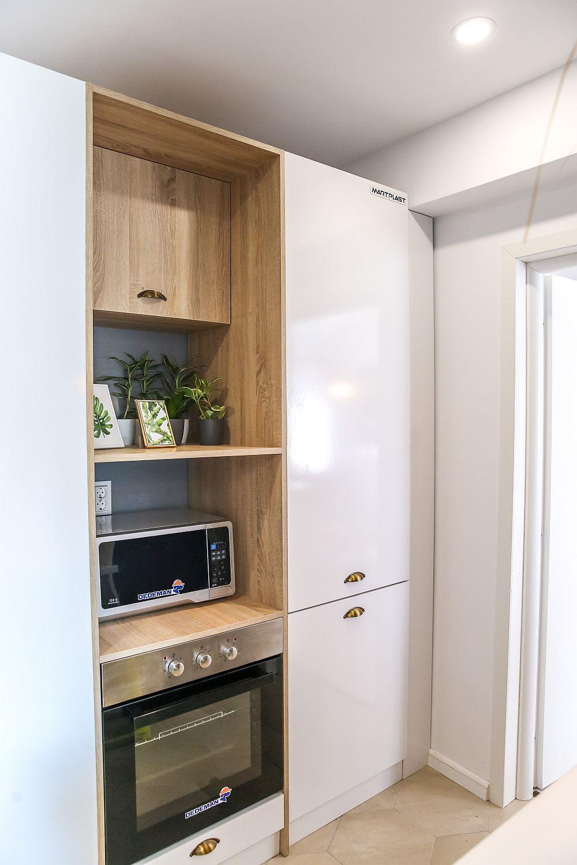 Combina frigorifică încorporată în mobilier este situată și aproape de living, așa că poate fi accesată fără a incomoda.