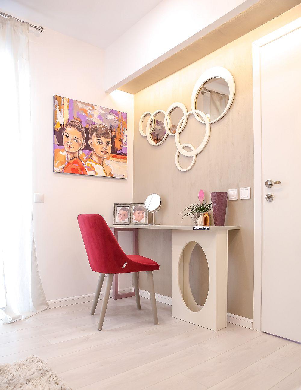 În locul mesei de toaletă Cristina a amplasat un tablou cu cei doi băieți, tablou pe care l-a pictat special pentru familie.