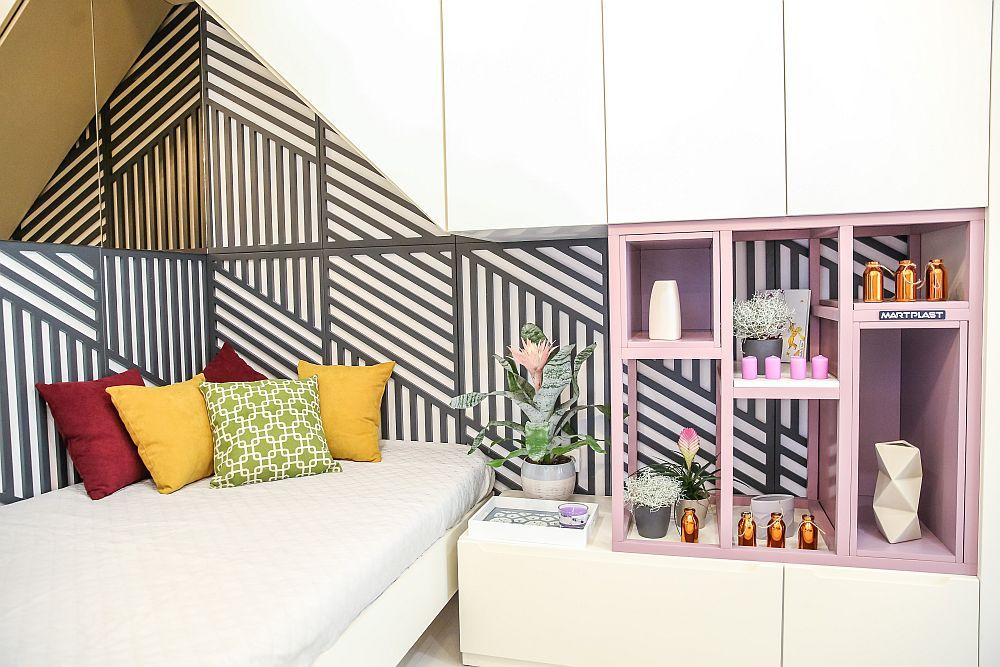 Efectul oglinzilor se citește bine deasupra patului unde mobila pare să aibă formă de acoperiș. Pe perete Cristina a prevăzut niște elemente decorative din MDF pentru un efect grafic, iar în loc de noptieră este o comodă care se continută cu rafturi integrate în ansamblul de mobilier.