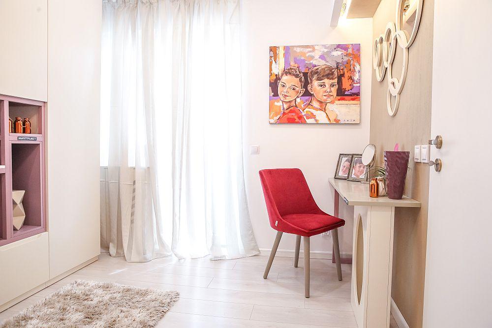 Față-n față cu dulapul Cristina a prevăzut un loc special pentru Valentina, respectiv o masă de toaletă.