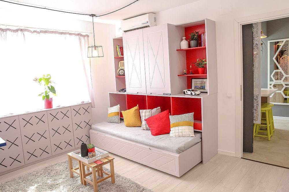 Camera mare a fost gândită de Ciprian să fie multifuncțională: living și camera baieților. Deci pe lângă locuri de ședere, a avut în vedre prezența spațiilor de depozitare, două paturi și mese pentru birouri. Mobilierul este realizat pe comandă la Martplast după proiectul lui Ciprian Vlaicu și include culorile preferate ale băieților.