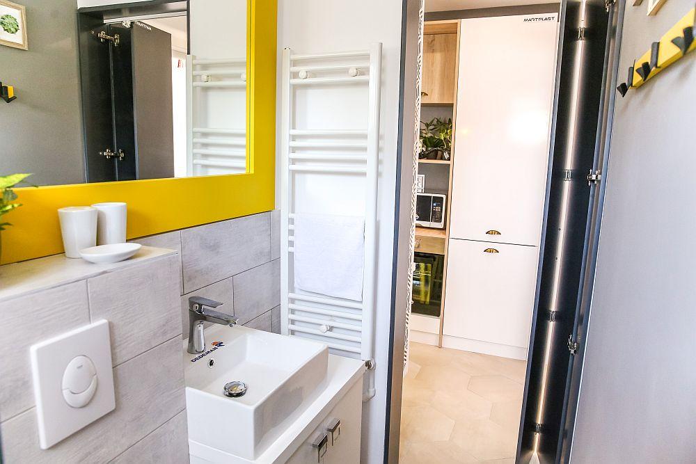 Pentru ca accesul în baie să se facă mai facil, am prevăzut o ușă tip armonică, realizată pe comandă la Martplast.