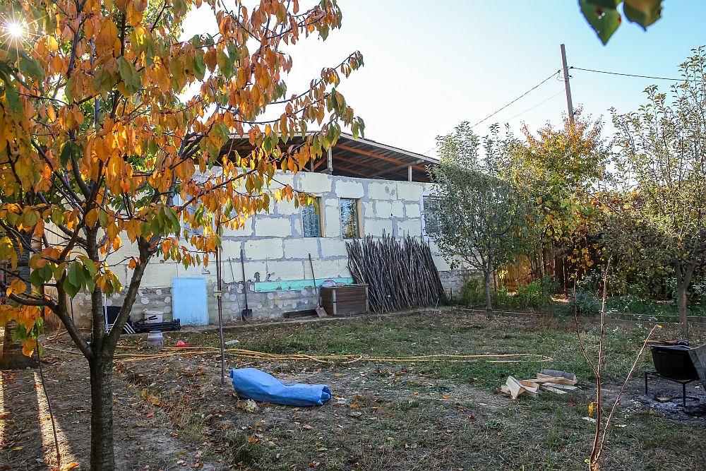 Casa înainte de renovarea făcută de echipa Visuri la cheie. Fațada din spate.
