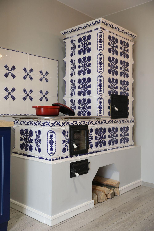 Soba este construită de către Răzvan Iancu (LaGuraSobei.ro) cu cahle pictate manuale de la Amrita.ro