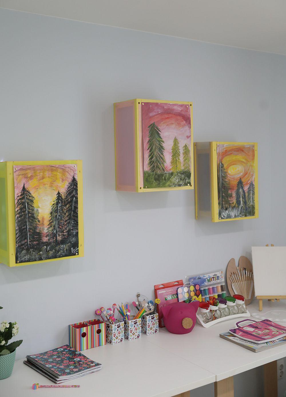 Deasupra biroului am făcut un proiect special, casete luminoase pentru expunerea picturilor pe care le fac fetele.