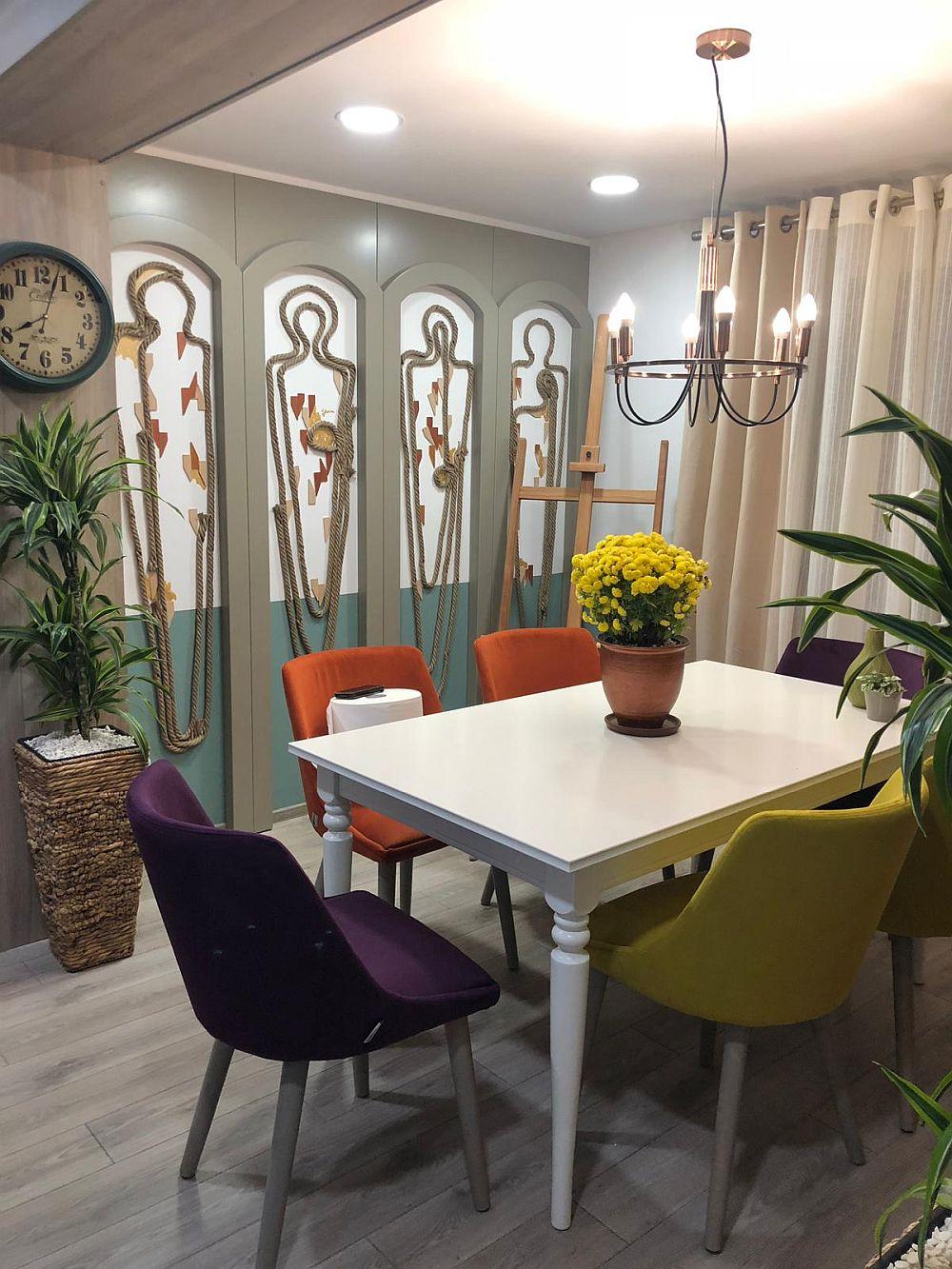 În zona locului de luat masa este amplasat proiectul special creat de Cristina Joia pentru familie - un ansamblu decorativ care restilizează ideea de icoane, dar care reprezintă în acest caz familia.