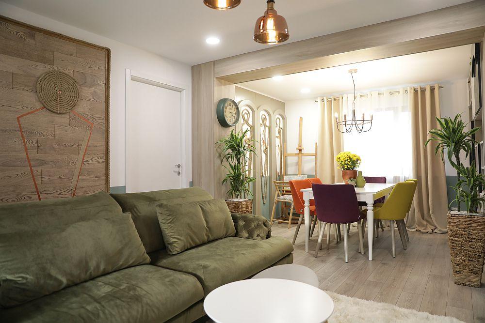 În spatele canapelei, între ușile dormitoarelor, Cristina a realizat un alt decor pe o placare de lemn furnizată de Martplast. Canapeaua este de la Mobila Dalin și are spătarul reglabil.
