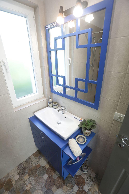 Mobilierul și oglinda sunt realizate pe comandă la Martplast, corpul de iluminat, lavoarul și bateria, la fel ca și decorațiunile de baie sunt de la Dedeman.