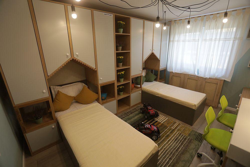 Camera băieților DUPĂ renovarea făcută de către echipa Visuri la cheie. Valentin a avut în vedere ca fiecare băiat să aibă patul lui, zone de depozitare, loc de birou, dar și loc de joacă între paturi.