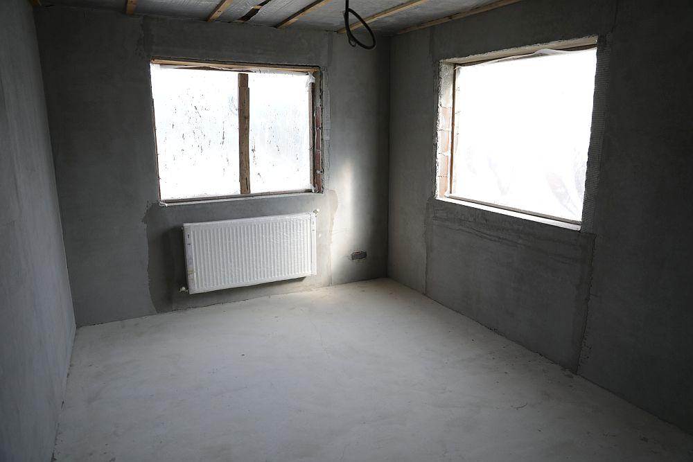 Camera Mariei ÎNAINTE de renovarea făcută de către echipa Visuri la cheie. Cristina și-a dorit tare mult să amenajeze o cameră de fetiță, iar cea aleasă de Maria beneficia de două ferestre, deci o cameră luminoasă și spațioasă.