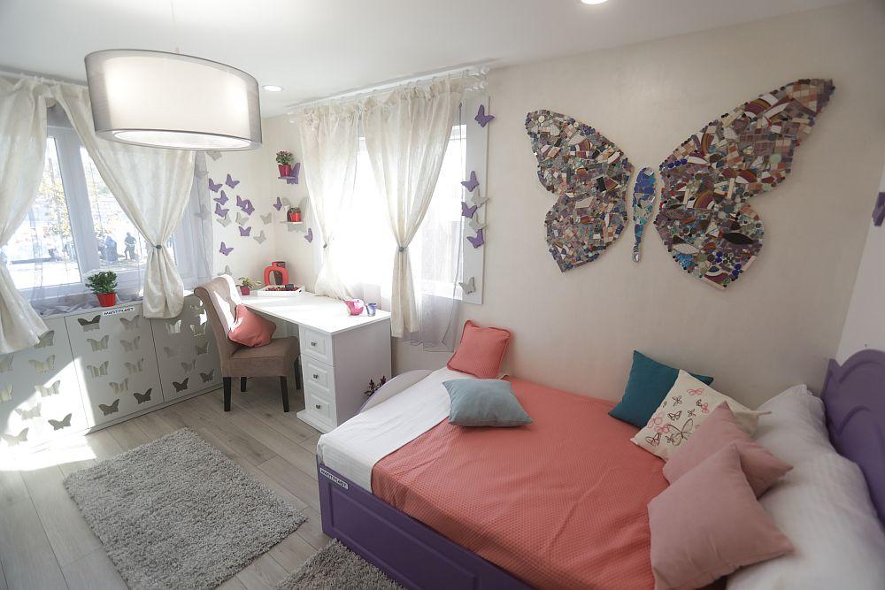 Camera Mariei DUPĂ renovarea făcută de către echipa Visuri la cheie. Cristina a gândit camera alegând un simbol decorativ: fluturii și a inserat culorile preferate de către Maria, respectiv mov și roz. Mobila este realizată pe comandă la Martplast după proiectul Cristinei, corpurile de iluminat, covoarele, scaunul și perdelele sunt de la Dedeman.