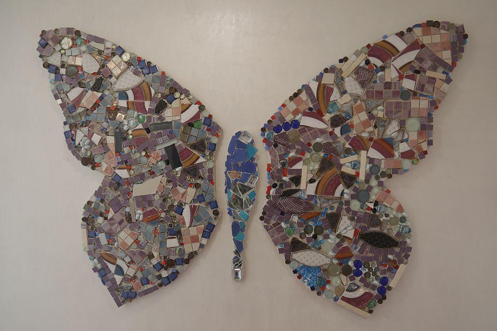 Fluturele mare din camera Mariei este proiectul special realizat de către Cristina. Pe un suport din MDF, realizat la mașina cu comandă numerică (CNC), Cristina a făcut un colaj din plăci ceramice și bucăți de mozaic.