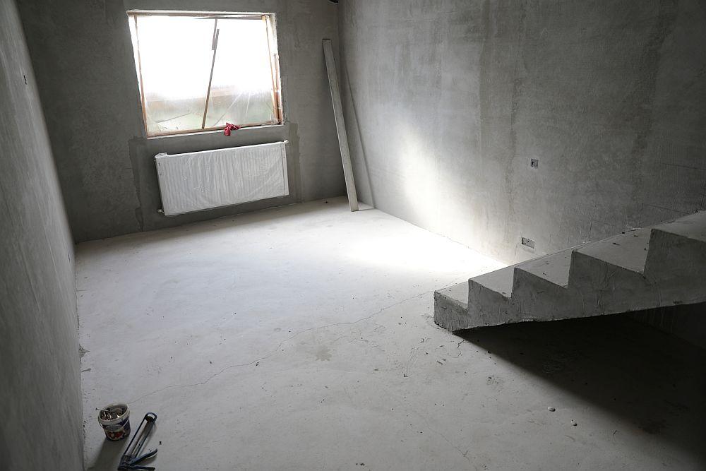 Dormitorul lui Traian ÎNAINTE de renovarea făcută de echipa Visuri la cheie. Aici exista o scară din beton construită de către Traian care ducea la pod. Această scară a fost desființată, conform proiectului colegului Valentin, care a prevăzut o scară retractabilă în livingul amenajat în hol. În locul fostei scări se află acum mobila de hol cu cuier.