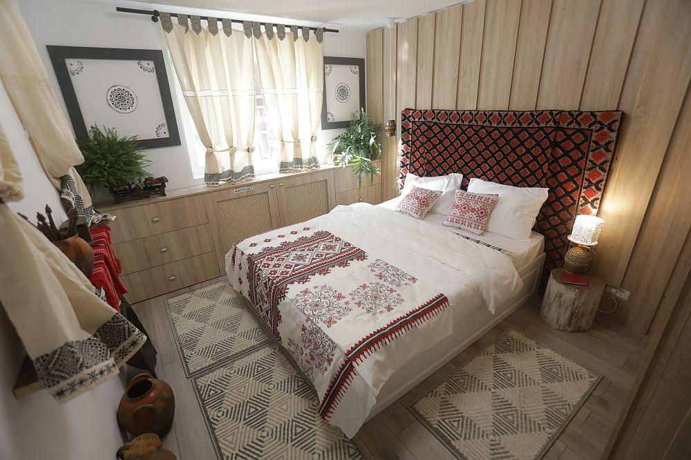 Dormitorul lui Traian DUPĂ renovarea făcută de către echipa Visuri la cheie. Am ținut cont de dorințele lui Traian și am gândit amenajarea în stil rustic tradițional, folosind și obiecte de decor vechi din colecția lui.