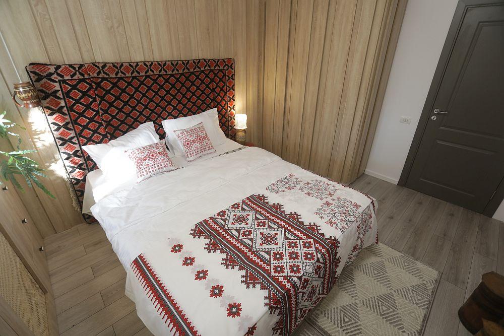 Carpetele sunt de la Dedeman, la fel ca și așternutul de pat și pernele cu motive tradiționale. Dulapul este tratat la fel ca și placarea din spatele patului, ca atare nu se simte prea mult în amenajare.