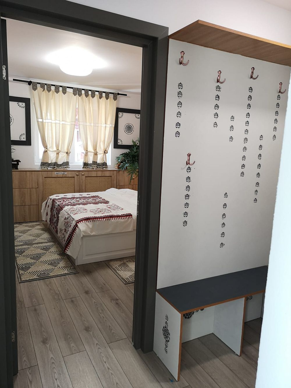 Din zona de hol cu mobilă pentru haine și cuier se accede în dormitorul lui Traian.