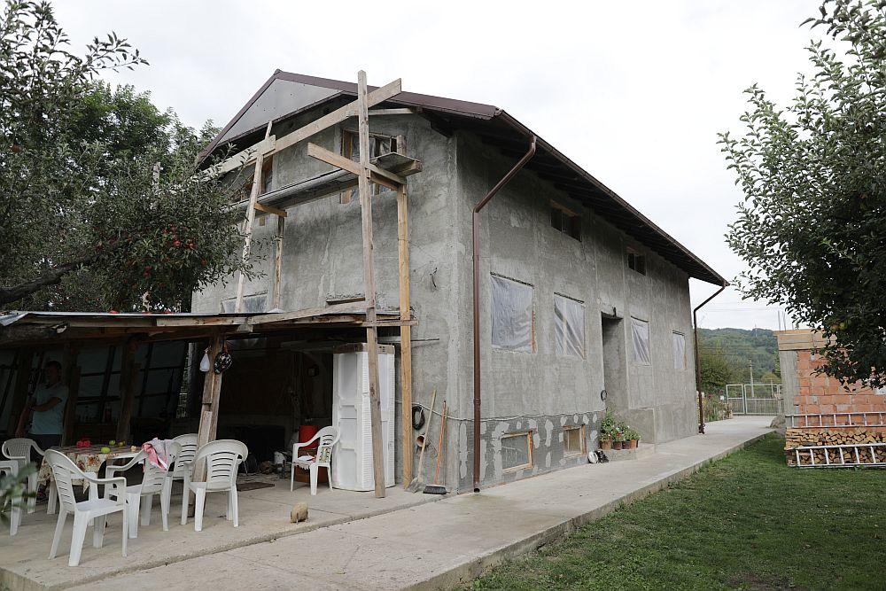 Bucătăria de vară și spatele casei ÎNAINTE de renovarea făcută de echipa Visuri la cheie.