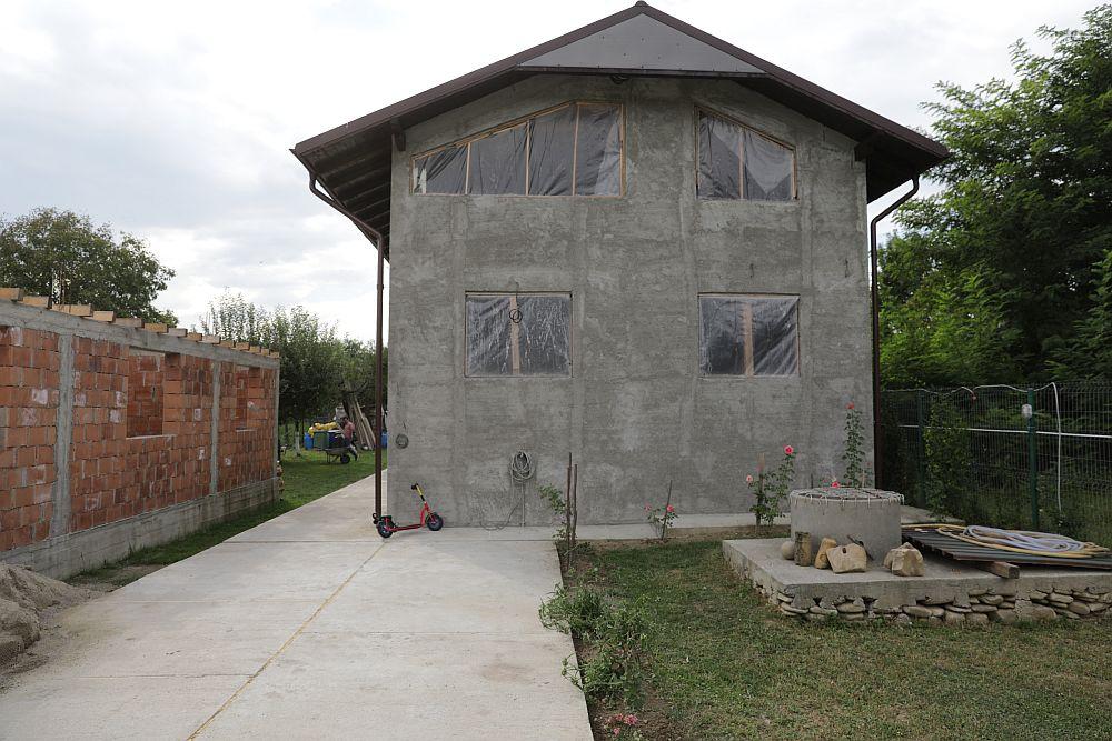 Fațada principală a casei ÎNAINTE de renovarea făcută de echipa Visuri la cheie.