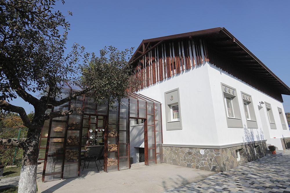 Bucătăria de vară și spatele casei DUPĂ renovarea făcută de echipa Visuri la cheie.