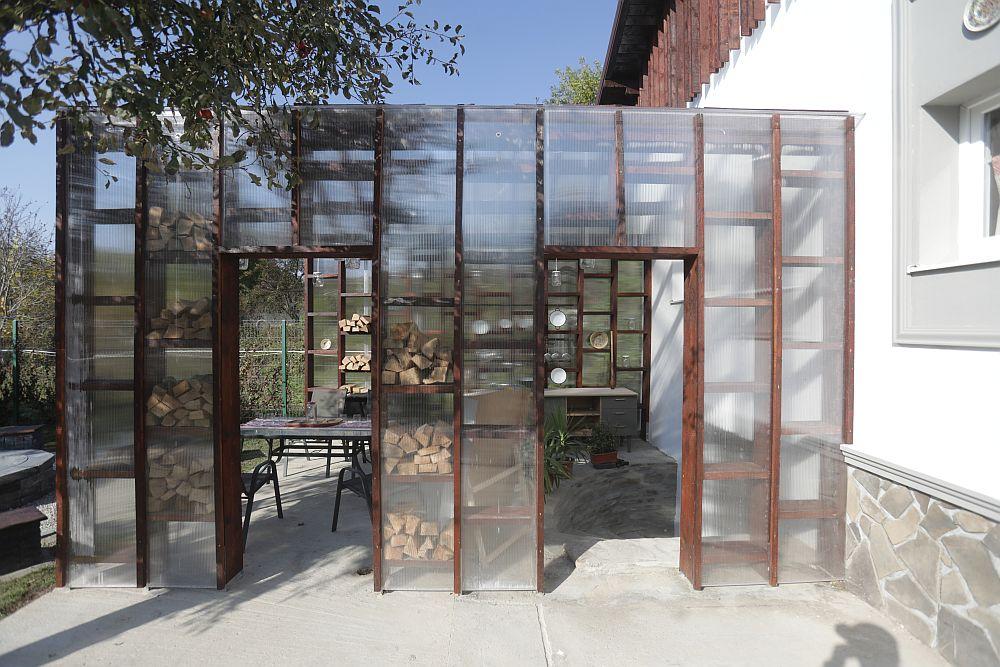 Bucătăria de vară din spatele casei gândită de colegul Valentin este o structură din lemn închisă în mare parte cu panouri din policarbonat.