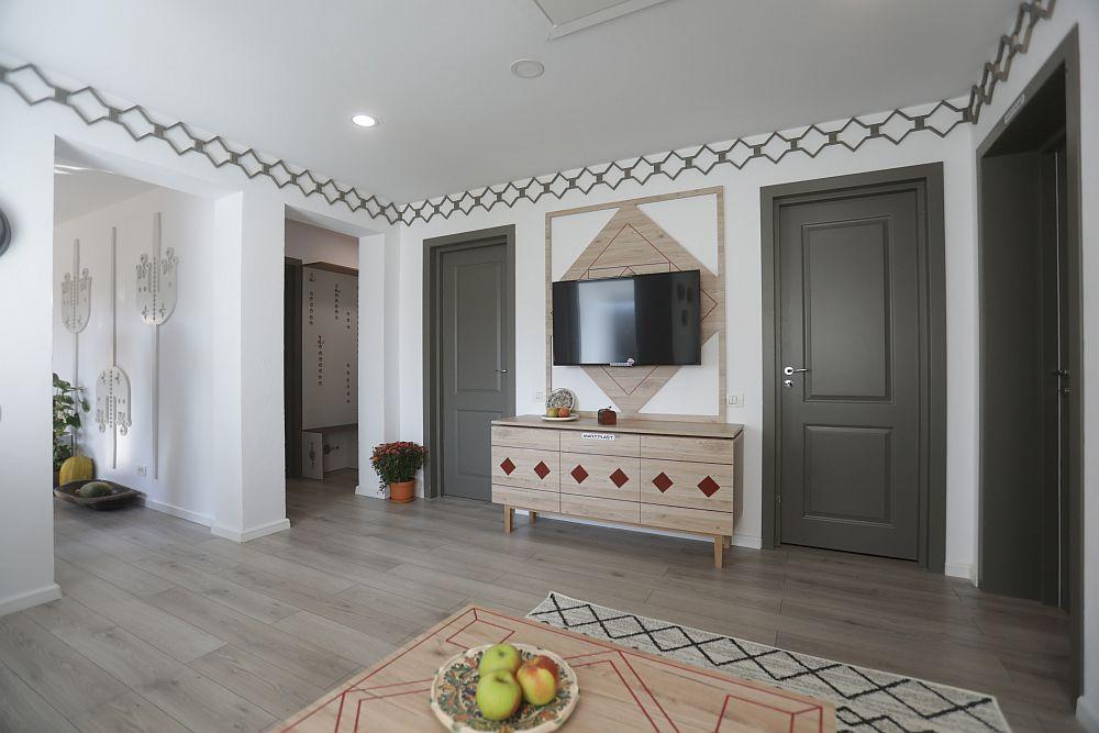 În holul casei se deschid ușile dormitoarelor, băilor și camerei centralei termice. Ușile sunt realizate pe comandă la Martplast, la fel ca și comoda tv și trafoarele.
