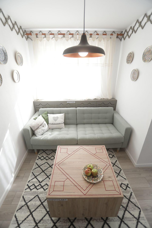 În fostul hol al casei a fost amenajat spațiul de living pentru familie, după proiectul lui Valentin Ionașcu.