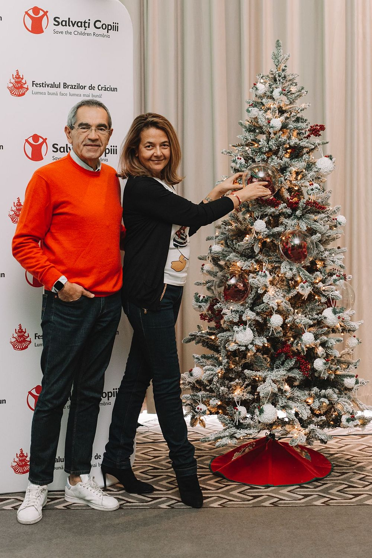 """Le Midì, Fine Italian Jewelry - Bianco Natale Pentru Festivalul brazilor de Crăciun 2018, Le Midì propune bradul 'Bianco Natale', un brad tradițional, elegant, creat din material ecologic, cu grijă și respect pentru natură. Cromatica bradului e strâns legată de sărbătoarea Crăciunului și e încărcată simbolic - culoarea verde a bradului este culoarea naturii, simbol al unui mod de viață sănătos și armonios, în timp ce albul zăpezii ce-l decorează reprezintă puritatea și inocența caracteristice copiilor, iar roșul globurilor semnifică dragostea și iubirea. Bradul a fost creat în Italia special pentru acest eveniment de către Giacomo Di Giorgio și, pe lângă luminițele și decorațiunile sale speciale dedicate Crăciunului, este împodobit cu patru cadouri deosebite: un colier """"Porofino"""", o pereche de cercei """"Le Midì"""", o pereche de cercei """"Fiocco di neve"""" și o brățară """"Fiocco di neve"""". Bijuteriile Le Midì sunt create de renumiți artizani italieni la Valenza - polul mondial al bijuteriilor de lux - din perle, coral, jad, diamante și aur de 18kt."""