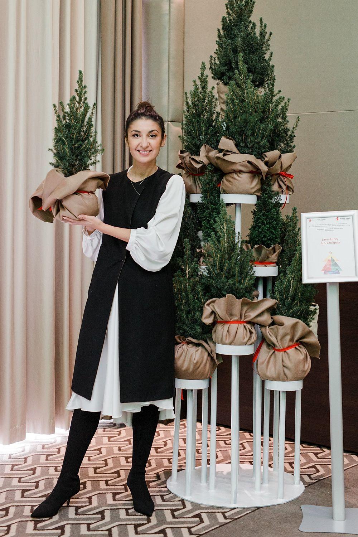 """Laura Hîncu & Green Spots - EterniTree Este format din 17 puieți de brad decorați cu ornamente din cașmir orgnic ce vor fi plantați după sărbători. EterniTree este un angajament și un îndemn de a avea grijă de natură și de copilăria fericită a generațiilor următoare. Un brad matur produce anual oxigenul necesar unei familii cu 3 membri. Un brad reciclează pe parcursul vieții mai mult de o tonă de dioxid de carbon. Peste 4 milioane de brazi sunt tăiați anual în pădurile din România, înainte de Crăciun. Putem continua să facem calcule, să simțim revolta sau putem schimba ceva ACUM, pentru ca generațiile următoare să respire aromă de cetină... sau SĂ RESPIRE."""""""