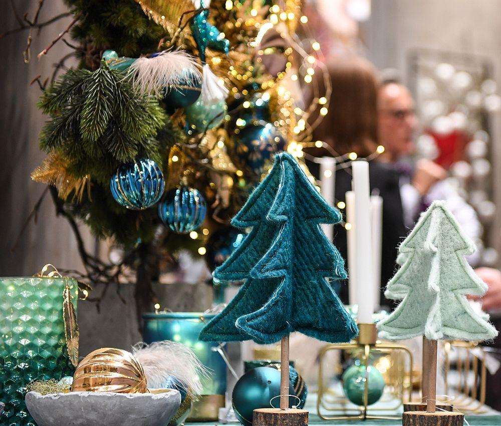 Decorațiuni din trendul Sobrietate echilibrată cu accente de culoare din gama turcoaz, verde mentă combinate cu auriu și lemn.