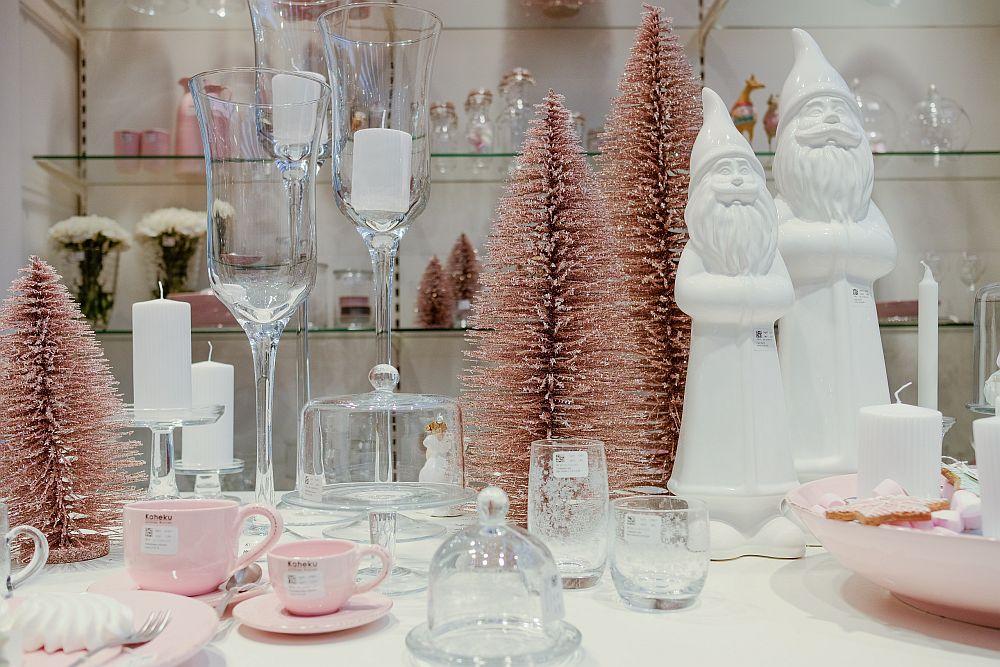 Da, rozul pastelat în combinație cu alb și multe transparențe ale sticlei poate fi o alegere pentru Crăciun.