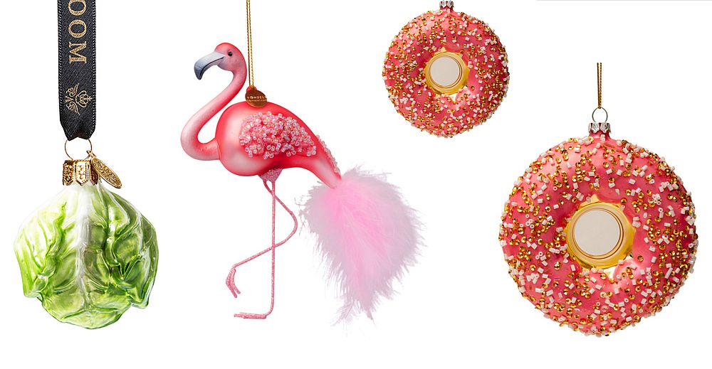 Globurile din trendul Alăturări eclectice sunt de-a dreptul spectaculoase., adevărate piese de colecție. În imagine glob în formă de salată de la și globuri în formă de pasăre flamingo și prăjitură de la