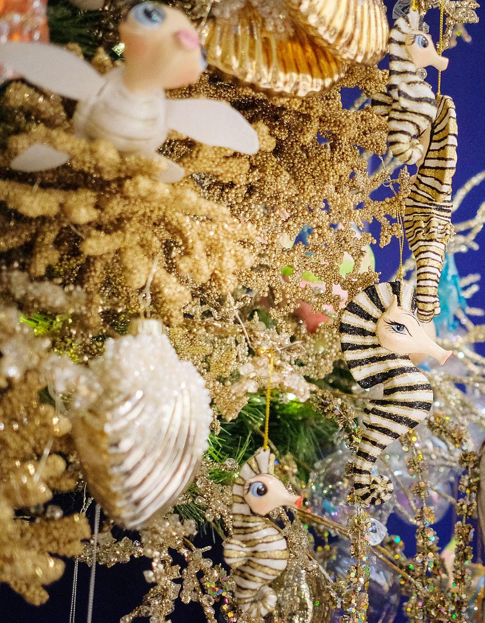Căluți de mare pe post de globuri. Sper din tot sufletul să nu ajungă să fie doar decorațiuni, ci să populeze din plin oceanele planetei. Căluțul de mare este unul dintre cele mai iubite animale, așa că nu întâmplători producătorii de decorațiuni s-au gândit la el pentru a crea globuri cu adevărat spectaculoase.