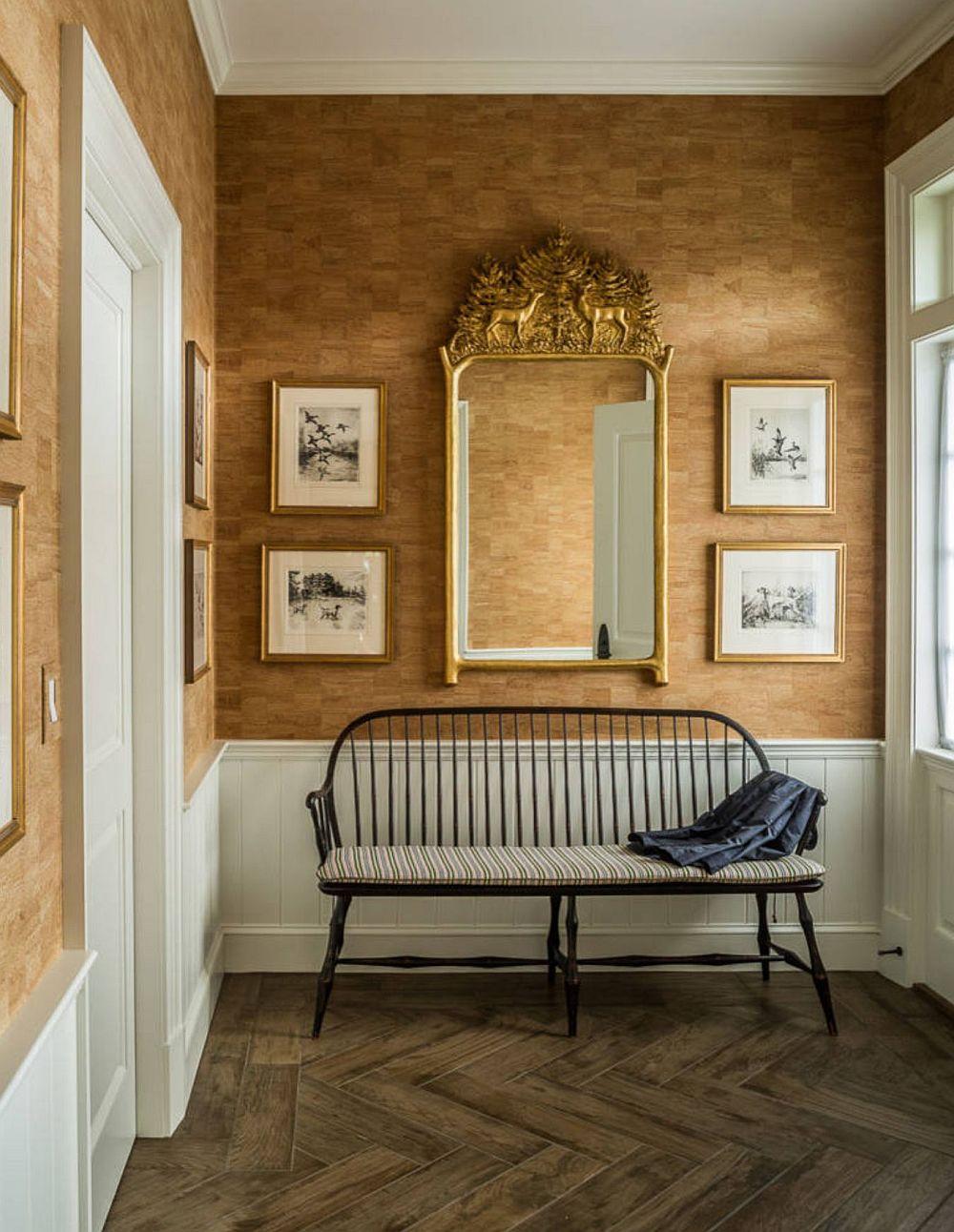 O oglindă în hol prinde mereu bine, dar pe lângă oglinda dulapului ori cuierului pentru haine, poți avea o oglindă decorativă pentru a aduce un plus de luminozitate în acest spațiu de trecere. De asemenea, dacă holul este înalt (peste 2,60 metri), poți folosi fără problee lambriurile, care vor ordona spațiul, mai ales când ai uși sau goluri de mai multe feluri.