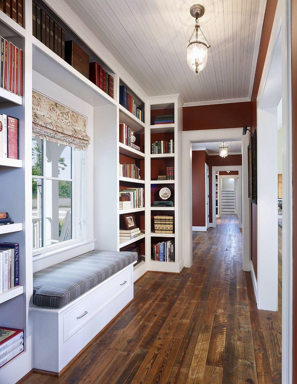 Cea mai sigură rețetă pentru un hol unde tâmplăria este albă, dar din materiale diferite, este să alegi albul pentru mobilier, cu ajutorul căruia poți lega golurile. Și, dacă vrei culoare, interiorul mobilierului poate fi colorat, acolo unde există rafturi.
