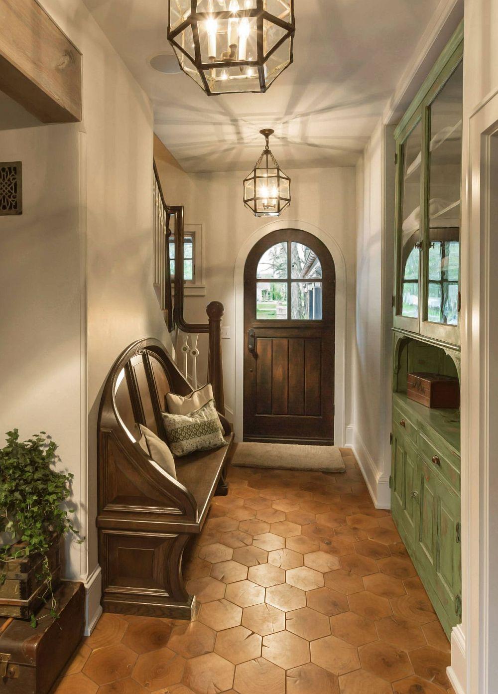 Dacă-și place stilul rustic poți avea o uă de intrare mai deosebită, iar mobilierul de pe hol asortat ca și design, dar într-o culoare plăcută complementară celei dominante. Aici combinația este de brun-roșcat cu verde.