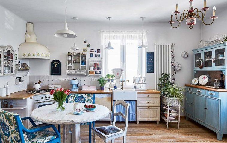 Singurul lucru mai actual în bucătărie este caloriferul, dar forma atipică a hotei, achiziționată d ela un tîrg de vechituri precum și combinația de piese de mobilier distrage atenția de la tot ce este contemporan, cum ar fi electrocasnicele.