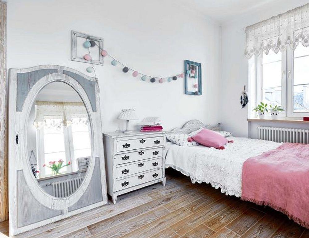 Dormitorul este simplu amenajat, dar și aici piesele vechi spun povestea. Oglinda este de fapt o ușă veche de dulap recondiționată și revopsită.