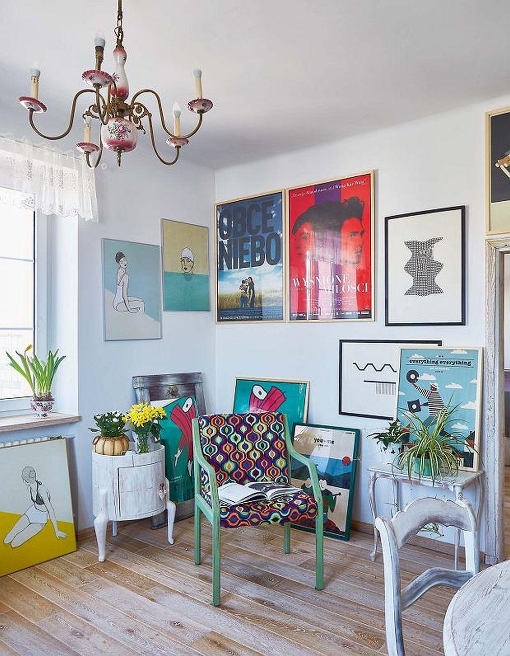 Într-un colț al bucătăriei se află colecția de postere și lucrări de grafică ale proprietarei, care colorează ambientul.