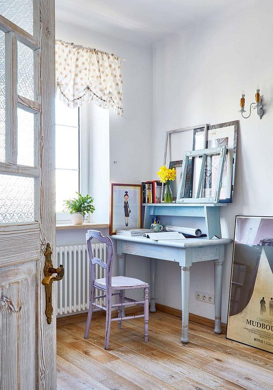 Locul de biroul este situat la fereastră, iar piesele de mobilă vechi au fost revopsite în nuanțe pastelate. Pentru atmosferă contează mult toate obiectele mici, care creionează povestea casei.