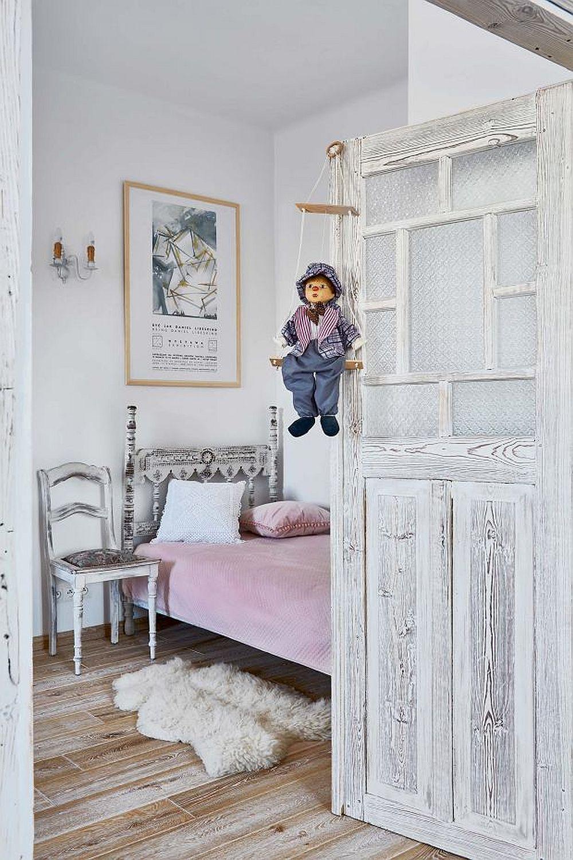 În camera cu rol de birou există și un pat de o persoană, încăperea putând fi folosită ocazional pentur oaspeți. De remarcat ușile vechi, rustice, recuperate și patinate, la fel și tăblia patului vechi revopsit și el.