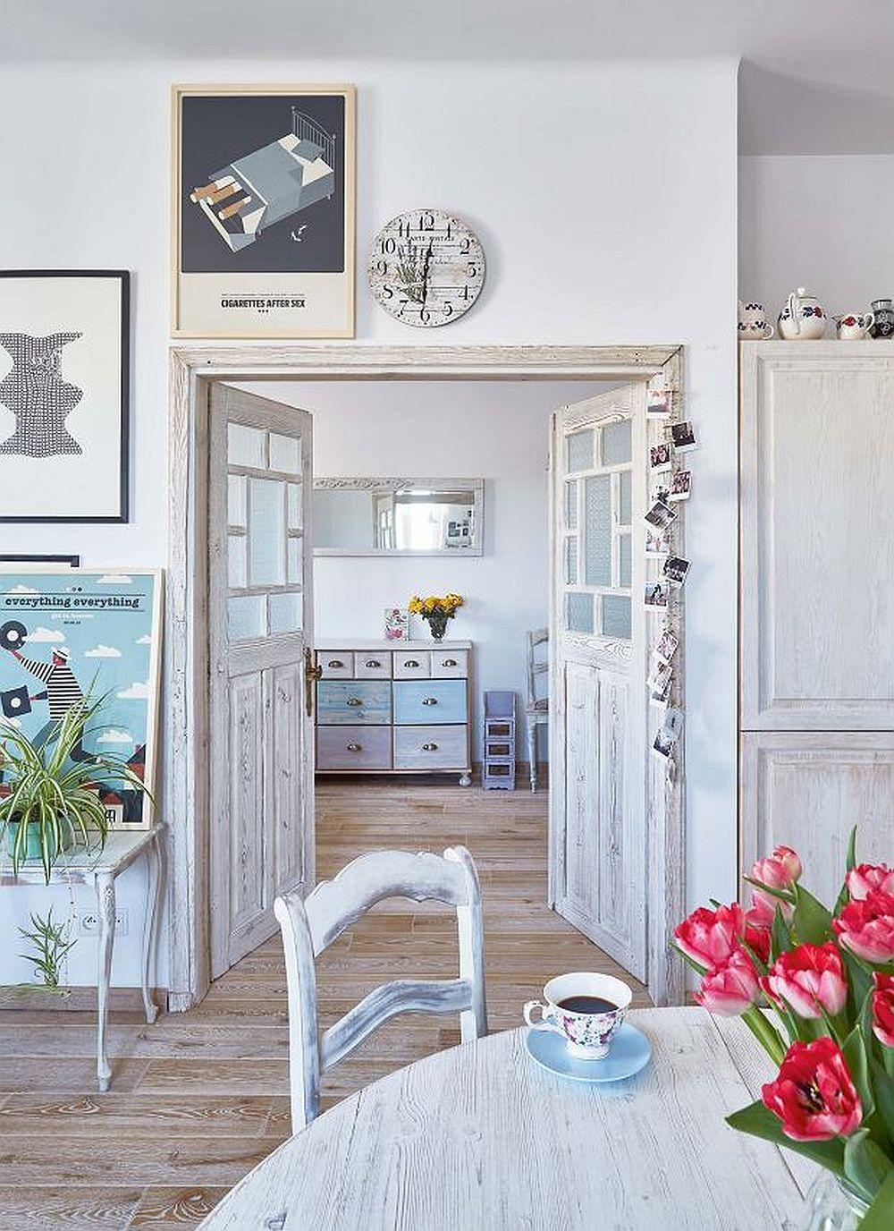 Din bucătărie se poate accede în zona de birou. Pentru a amplifica senzația de rustic a fost montată o ușă dublă, care lăsată deschisă pe timpul zilei, dă senzația de spațiu mai mare.