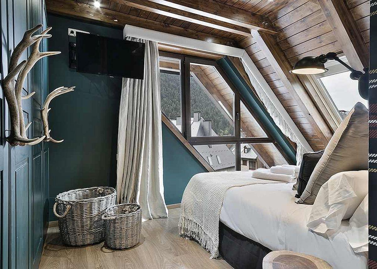 La mansardă patul poate fi așezat în zona cea mai puțin înaltă, astfel ca acolo unde înălțimea spațiului este mai generoasă să poată fi amplasate dulapurile. Aici, este o situație fericită pentru că ferestrele sunt amplasate exact pe zona mai puțin înaltă.