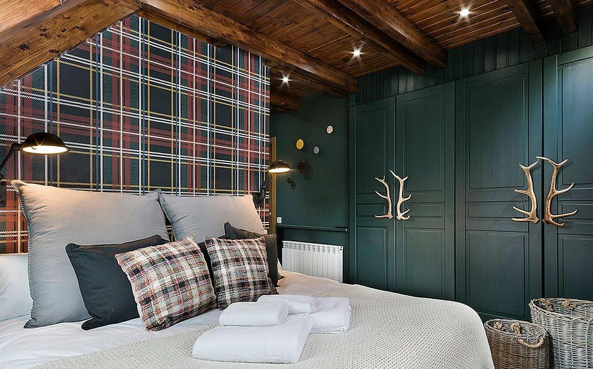 Nuanța aleasă pentru dulapuri este una preluată din modelul tapetului folosit pentru peretele din spatele patului.