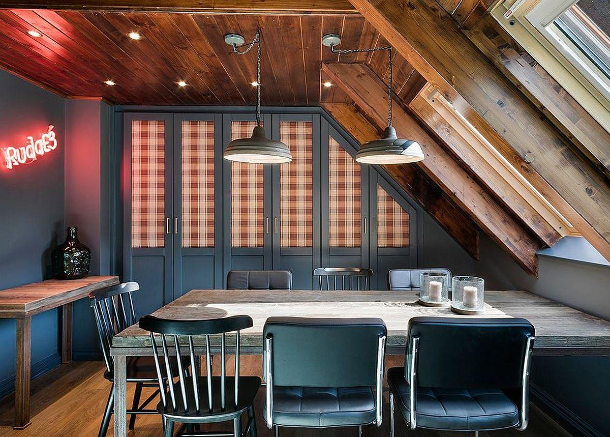 În zona locului de luat masa, sub panta acoperișului este proiectat un spațiu generos de depozitare. Pentru ca aspectul acestuia să devină și decorativ, designerii au prevăzut ușile cu geamurile în spatele cărora sunt perdeluțe dintr-un material în carouri. O patî de culoare binevenită, dar și o idee bună de decorare.