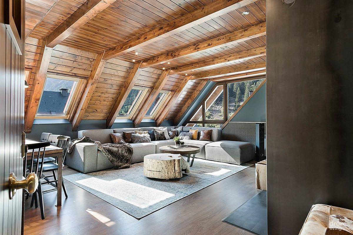 Toată mobila pentru ședere este excelent amplasată în zona mai joasă a mansardei, astfel ca zona de circulație să fie în partea mai înaltă a spațiului. Ferestrele de mansardă transformă total spațiul, lăsând lumina să pătrundă la interior, dar și să deschidă acest refugiu către peisajul montan de la exterior.
